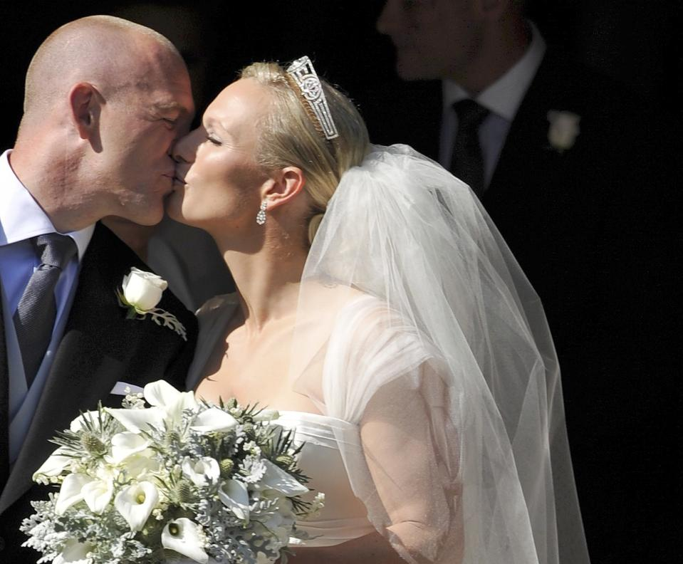 England rugby player Mike Tindall (L) kisses his new bride Britain's Zara Phillips, granddaughter of Queen Elizabeth II, after their wedding ceremony at Canongate Kirk in Edinburgh, Scotland, on July 30, 2011. AFP PHOTO / DYLAN MARTINEZ/POOL (Photo by DYLAN MARTINEZ / POOL / AFP) (Photo by DYLAN MARTINEZ/POOL/AFP via Getty Images)