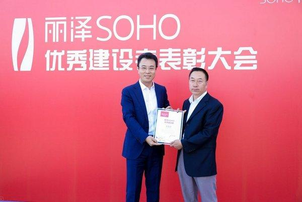 Hitachi Elevator's manager Wang Youchen was praised as a key contributor to the successful completion of the Leeza SOHO.