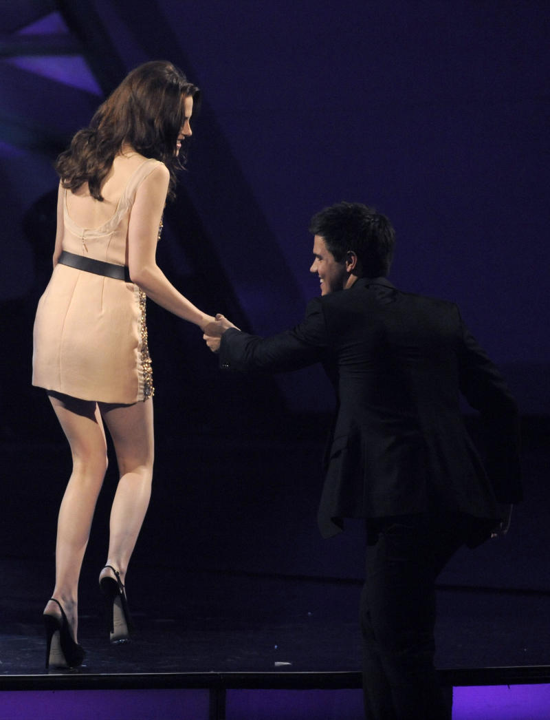 """Kristen Stewart, left, and Taylor Lautner accept the award for favorite onscreen team for """"The Twilight Saga: Eclipse"""" at the People's Choice Awards on Wednesday, Jan. 5, 2011, in Los Angeles. (AP Photo/Chris Pizzello)"""