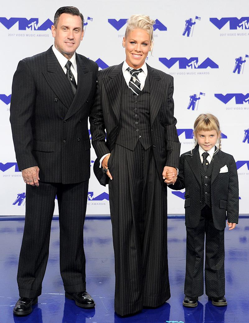 Pink attends the 2017 VMAs with husband Carey Hart and daughter Willow. (Photo: Gregg DeGuire/Getty Images)