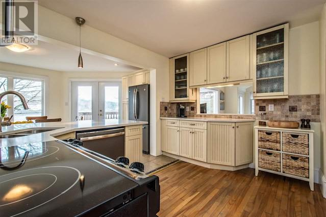 <p><span>10 Armshore Drive, Halifax, N.S.</span><br> The spacious kitchen has stainless steel appliances, corian countertops and a dining nook.(Photo: Zoocasa) </p>