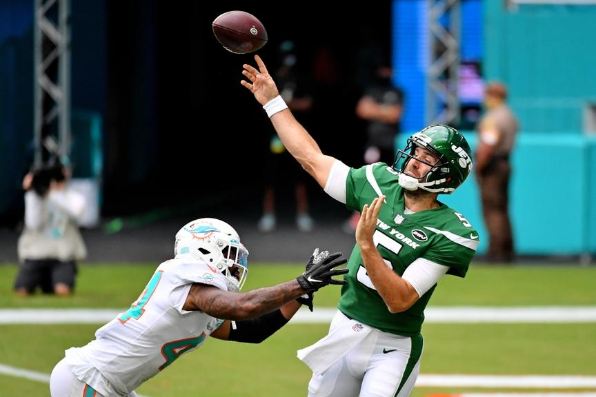 Joe Flacco throws pass during Jets game against Dolphins