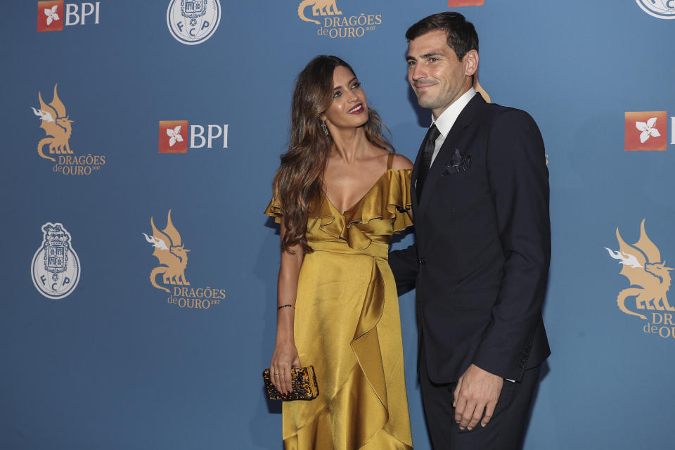 PORTO, PORTUGAL - OCTOBER 25: Sara Carbonero (L) and FC Porto's goalkeeper Iker Casillas from Spain attends FC Porto Gala Dragoes de Ouro 2016 - 2017 at Dragao Caixa on October 25, 2017 in Porto, Portugal. (Photo by Carlos Rodrigues/Getty Images)