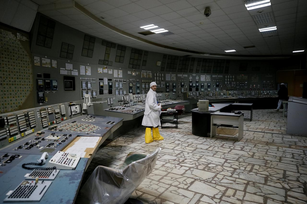 An employee walks at the control centre of the stopped third reactor at the Chernobyl nuclear power plant in Chernobyl, Ukraine April 20, 2018.  REUTERS/Gleb Garanich     TPX IMAGES OF THE DAY