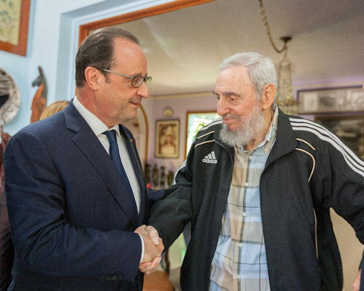Hollande (L) shaking hands with Cuban historical leader Fidel Castro during a meeting in Havana on May 11, 2015 (AFP Photo/Alex Castro)