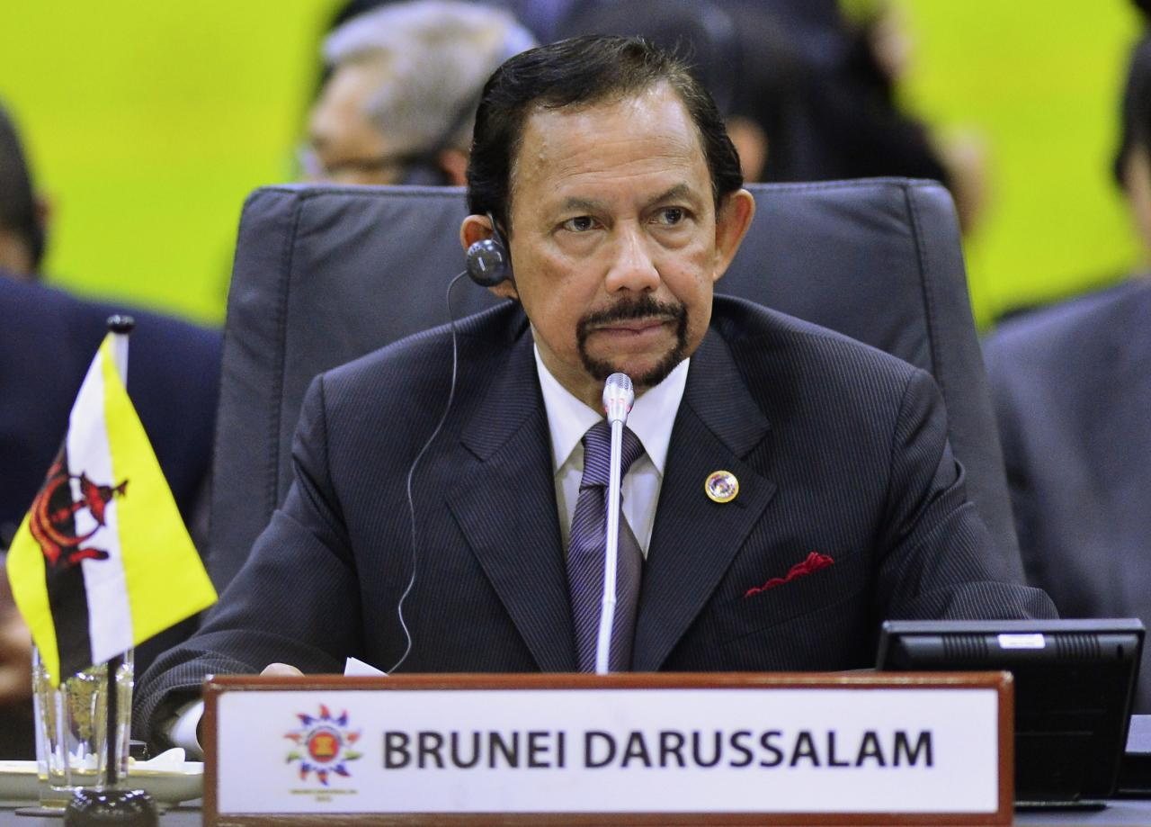 Brunei's Sultan Hassanal Bolkiah chairs the ASEAN Plus Three Summit in Bandar Seri Begawan, October 10, 2013. REUTERS/Ahim Rani (BRUNEI - Tags: POLITICS ROYALS)