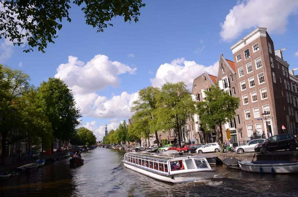 Take a stroll around Amsterdam and you realize why it is called the Venice of the North. The canals that form a motif around the city take you into a different world of Amsterdam – a world green and blue that takes you to the 16th century.