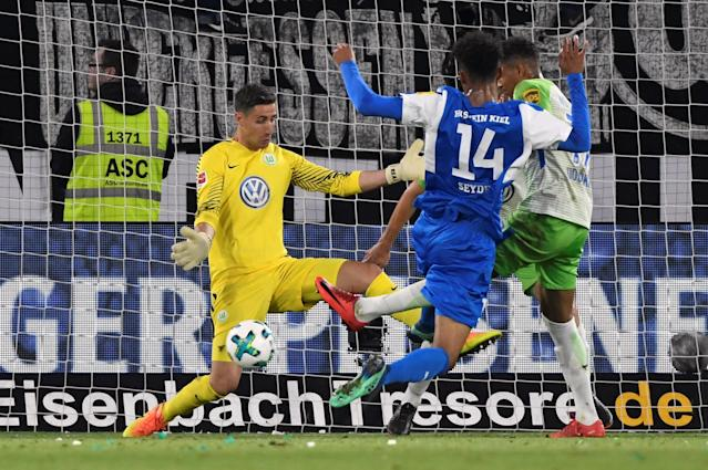 Soccer Football - Bundesliga Promotion/Relegation Playoff First leg - VfL Wolfsburg v Holstein Kiel - Volkswagen Arena, Wolfsburg, Germany - May 17, 2018 Wolfsburg's Koen Casteels in action with Holstein Kiel's Aaron Seydel REUTERS/Fabian Bimmer DFL RULES TO LIMIT THE ONLINE USAGE DURING MATCH TIME TO 15 PICTURES PER GAME. IMAGE SEQUENCES TO SIMULATE VIDEO IS NOT ALLOWED AT ANY TIME. FOR FURTHER QUERIES PLEASE CONTACT DFL DIRECTLY AT + 49 69 650050