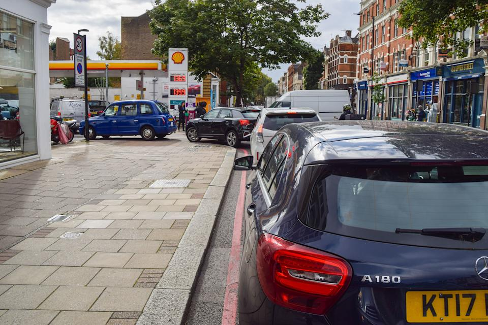 LONDON, UNITED KINGDOM - 2021/09/28: Cars queue at a reopened Shell petrol station in Islington as the fuel shortage continues.  Many stations have run out of petrol due to a shortage of truck drivers linked to Brexit, along with panic buying. (Photo by Vuk Valcic/SOPA Images/LightRocket via Getty Images)