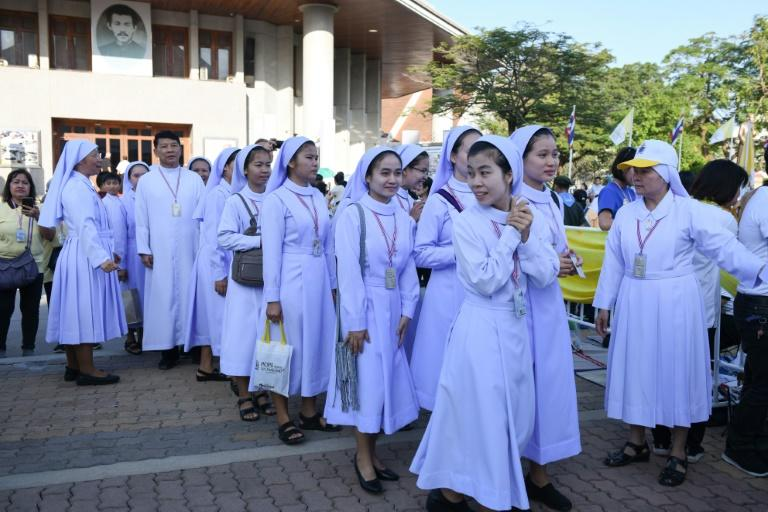 Nuns and clerics waiting to see the Pope in Bangkok (AFP Photo/Mohd RASFAN)