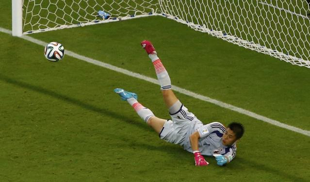 Japan's Eiji Kawashima makes a save during their 2014 World Cup Group C soccer match against Ivory Coast at the Pernambuco arena in Recife June 14, 2014. REUTERS/Ruben Sprich (BRAZIL - Tags: SOCCER SPORT WORLD CUP)