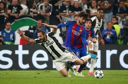 Football Soccer - Juventus v FC Barcelona - UEFA Champions League Quarter Final First Leg - Juventus Stadium, Turin, Italy - 11/4/17 Barcelona's Andre Gomes in action with Juventus' Gonzalo Higuain Reuters / Alessandro Bianchi Livepic