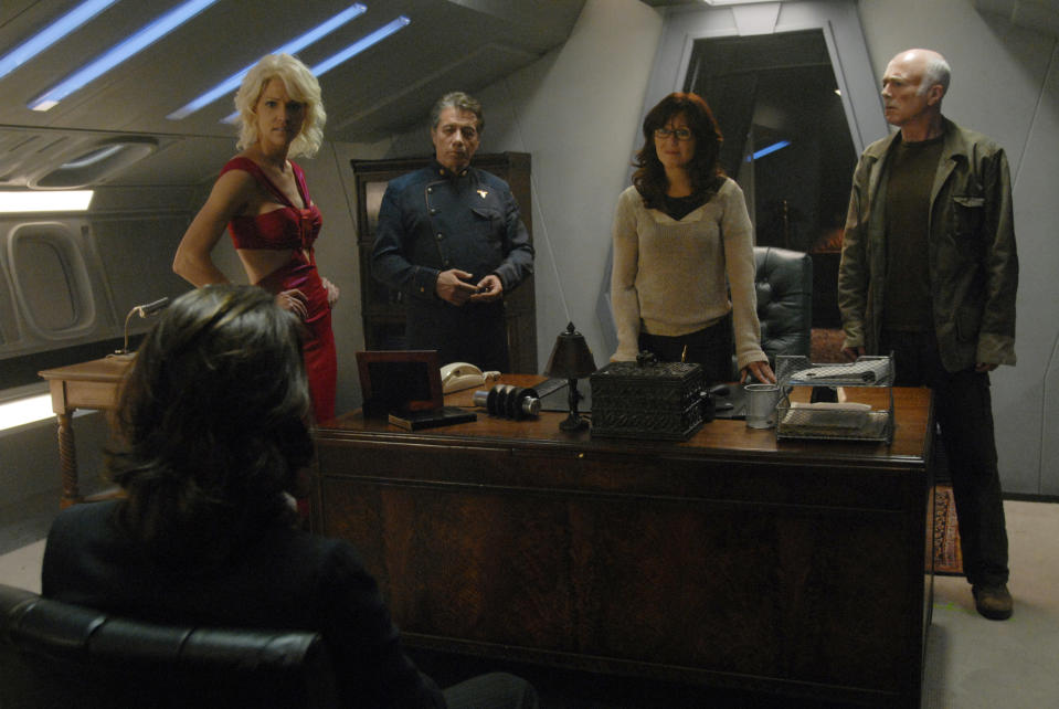 Battlestar Gallactica – James Callis as Dr. Gauis Baltar; (back, l-r) Tricia Helfer as Number Six, Edward James Olmos as Commander William Adama, Mary McDonnell as Laura Roslin, Michael Hogan as Col. Saul Tigh (SCI FI Channel)