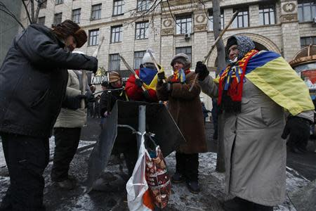 Pro-European integration protesters use sticks to hit a beat during a rally in Kiev January 21, 2014. REUTERS/Vasily Fedosenko