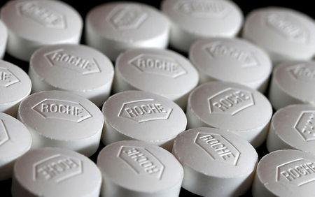 FILE PHOTO:  Roche tablets are seen in this photo illustration, January 18, 2016.   REUTERS/Dado Ruvic/Illustration/File Photo