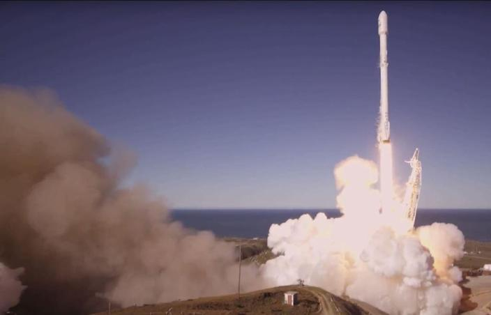 This still image from video obtained from SpaceX shows a Falcon 9 rocket lifting off from Vandenberg Air Force Base, California, on January 14, 2017 (AFP Photo/HO)