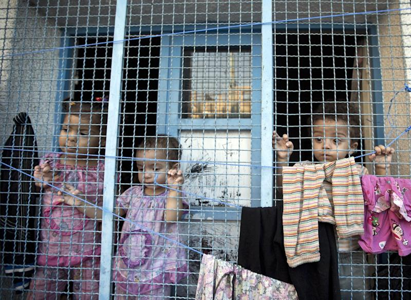 Displaced Palestinian children take shelter at a United Nations school in the Jabalia refugee camp in the northern Gaza Strip, on August 2, 2014 (AFP Photo/Mahmud Hams)