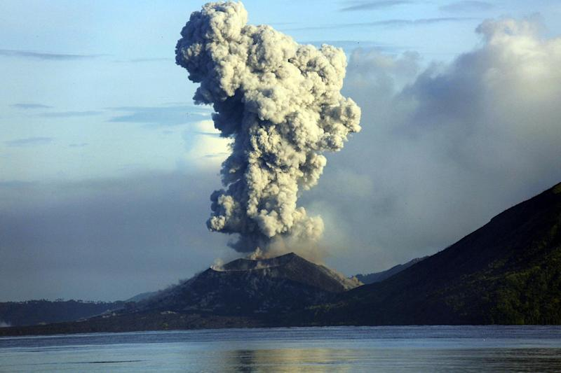 Smoke and ash fills the air as Mount Tavurvur erupts in Rabaul in eastern Papua New Guinea on August 30, 2014 (AFP Photo/Ness Kerton)