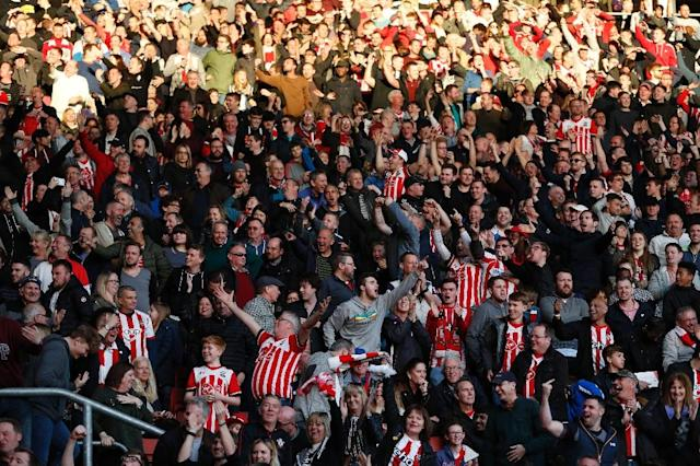 Southampton fans celebrate Harry Arter's missed penalty kick during their match against and Bournemouth in Southampton, southern England on April 1, 2017 (AFP Photo/Adrian DENNIS)