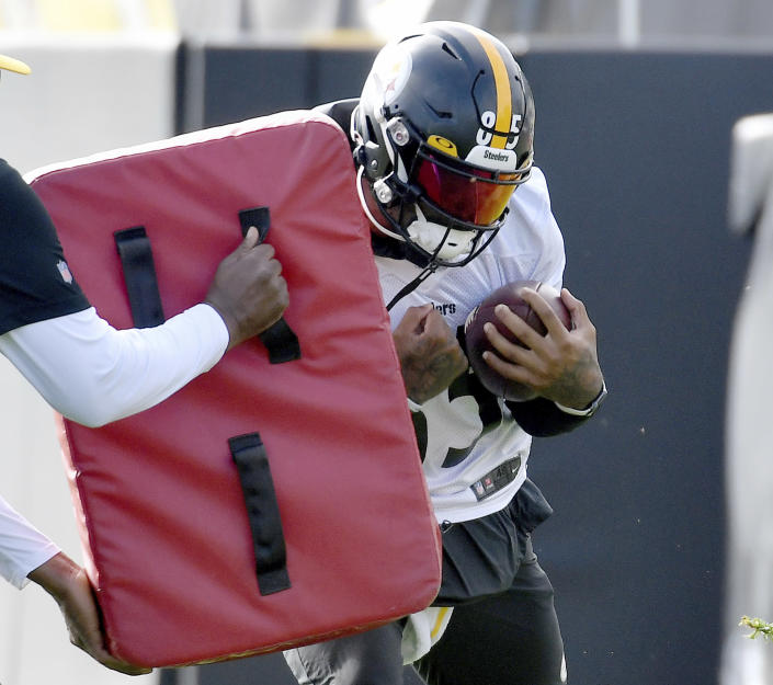 Pittsburgh Steelers tight end Eric Ebron works through drills during an NFL football practice, Friday, Oct. 8, 2021, in Pittsburgh. (Matt Freed/Pittsburgh Post-Gazette via AP)