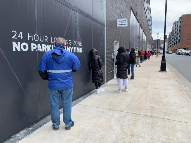 People line up for COVID-19 testing in downtown Halifax on April 23, 2021. (Paul Legere/Radio-Canada - image credit)