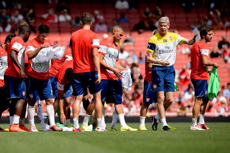 Arsenal Manager Arsene Wenger (2-R) speaks with his players during the first team training session at the Emirates stadium in north London, England on August 7, 2014