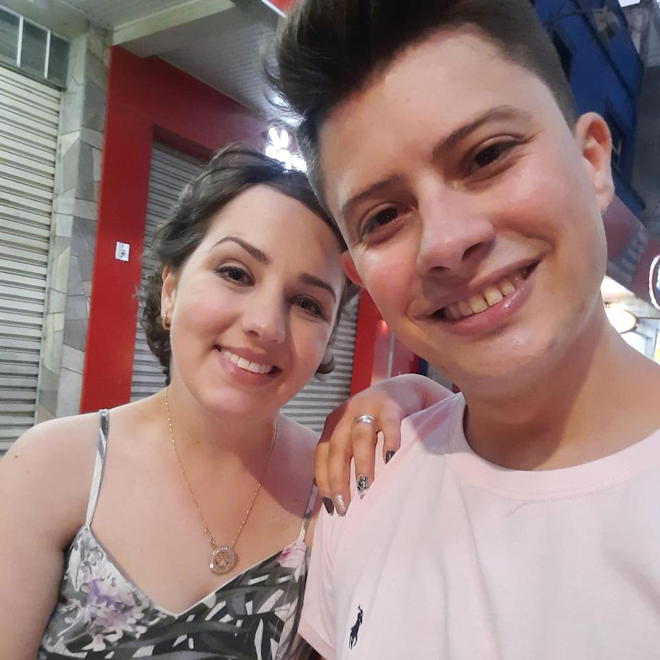 Adarlele Andrade (26) from Parana in Brasil, who was diagnosed with Ewing's sarcoma, a cancer that affects the bones, married her partner Ruan Pablo de Lara (28), days before she died. (Newsflash)