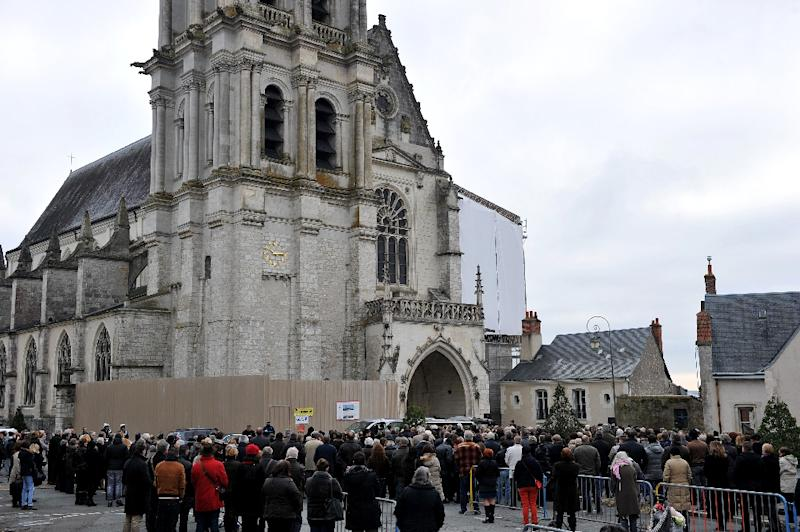Friends, relatives and members of the public observe a minute of silence in memory of victims of the Paris terror attacks, as they attend the funeral of Anna and Marion Petard-Lieffrig outside the Saint Louis Cathedral in Blois, on November 23, 2015 (AFP Photo/Guillaume Souvant)