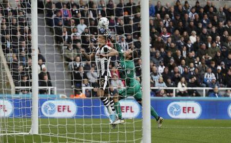 Britain Football Soccer - Newcastle United v Preston North End - Sky Bet Championship - St James' Park - 24/4/17 Newcastle's Aleksander Mitrovic in action with Preston's Chris Maxwell Mandatory Credit: Action Images / Lee Smith Livepic