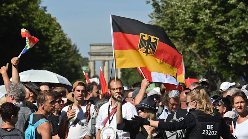 People protest against the corona protection measures in front of the Brandenburg Gate in Berlin.  © John MacDougall / Getty Images