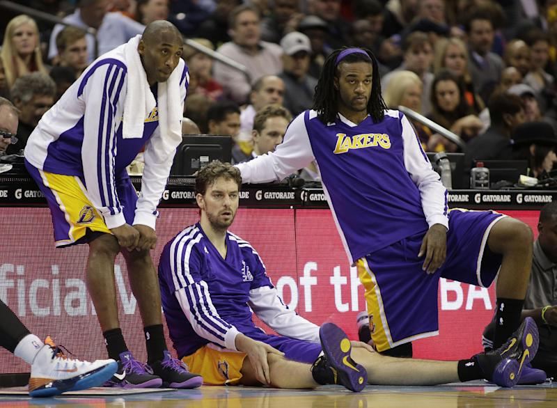 Los Angeles Lakers' Kobe Bryant, left, Pau Gasol, center, and Jordan Hill, right, wait to enter an NBA basketball game against the Charlotte Bobcats during the first half in Charlotte, N.C., Saturday, Dec. 14, 2013. (AP Photo/Bob Leverone)