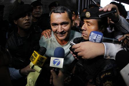 Waldemar Lorenzana (C) speaks with members of the media after his arrest at the Supreme Court of Justice in Guatemala City, September 17, 2013. REUTERS/Jorge Dan Lopez