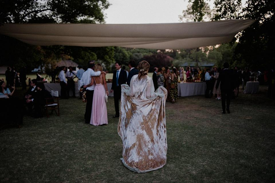 The park of the <em>estancia</em> is huge. To gather the guests at a defined location, we used a white sail creating a more intimate atmosphere. My cloak's luminous materials synchronized perfectly with the whole event design.
