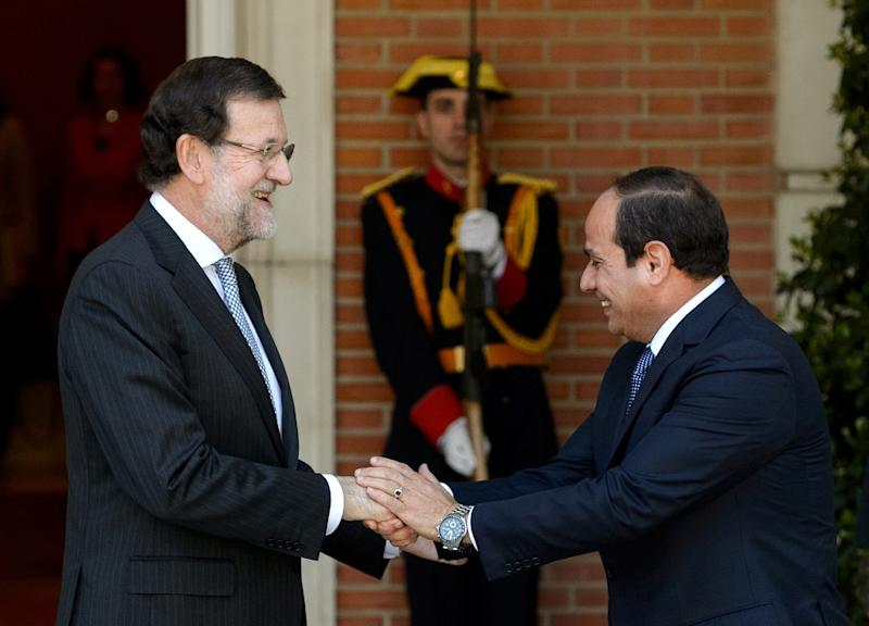 Spain's Prime Minister Mariano Rajoy (L) welcomes Egyptian's President Abdel fattah al-Sisi before a meeting at the Moncloa Palace in Madrid on April 30, 2015 (AFP Photo/Dani Pozo)