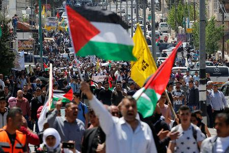 Palestinians take part in a protest in solidarity with Palestinian prisoners held by Israel, in the West Bank town of Bethlehem April 17, 2017. REUTERS/Ammar Awad