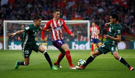 Soccer Football - La Liga Santander - Atletico Madrid v Real Betis - Wanda Metropolitano, Madrid, Spain - April 22, 2018 Atletico Madrid's Fernando Torres in action with Real Betis' Aissa Mandi and Marc Bartra REUTERS/Juan Medina