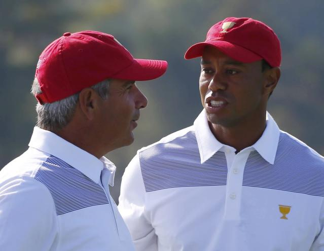 U.S. golfer Tiger Woods talks with team captain Fred Couples (L) during the first practice round for the 2013 Presidents Cup golf tournament at Muirfield Village Golf Club in Dublin, Ohio October 1, 2013. REUTERS/Jeff Haynes (UNITED STATES - Tags: SPORT GOLF)