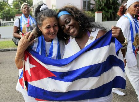 Recently released dissidents Aide Gallardo (L) and Sonia Garro hold the Cuban national flag during a march in Havana January 11, 2015. REUTERS/Stringer