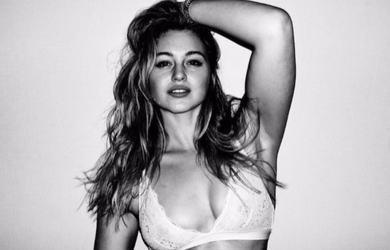 Iskra Lawrence poses in bralette and jeans to spread a message of self acceptance. (Photo: Instagram)