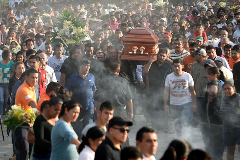 Supporters and family accompany the coffin of Gisela Mota on January 3, 2016 (AFP Photo/Tony Rivera)