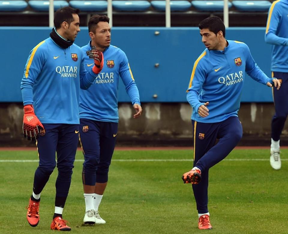 Barcelona forward Luis Suarez (R) works out beside defender Adriano (C) and goalkeeper Claudio Bravo (L) during their training session at the Club World Cup football tournament in Yokohama on December 15, 2015 (AFP Photo/Toshifumi Kitamura)