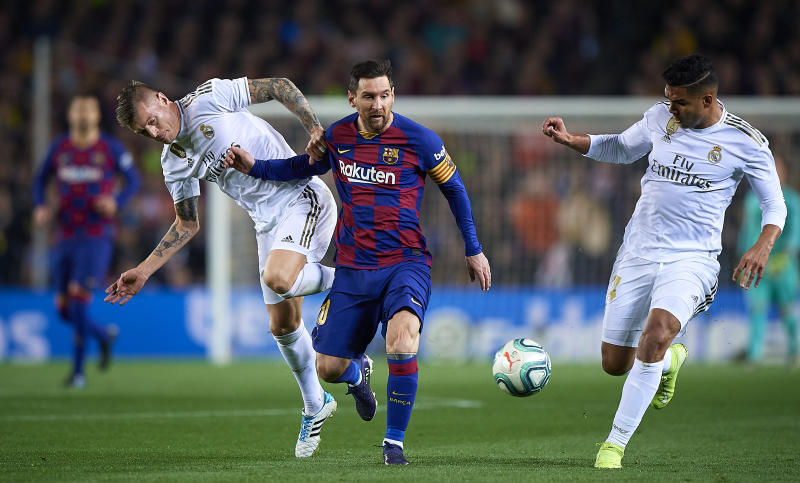 BARCELONA, SPAIN - DECEMBER 18: Lionel Messi (R) of Barcelona competes for the ball with Toni Kroos of Real Madrid during the Liga match between FC Barcelona and Real Madrid CF at Camp Nou on December 18, 2019 in Barcelona, Spain. (Photo by Pablo Morano/MB Media/Getty Images)