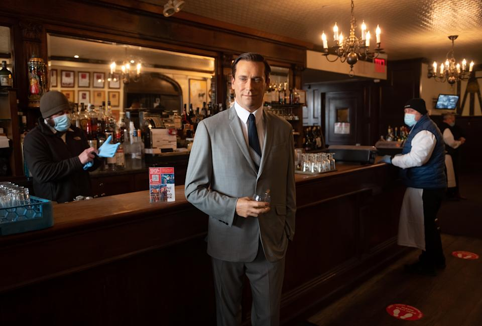 Jon Hamm is in Don Draper mode at the Peter Luger bar. (Photo: Noam Galai/Getty Images)