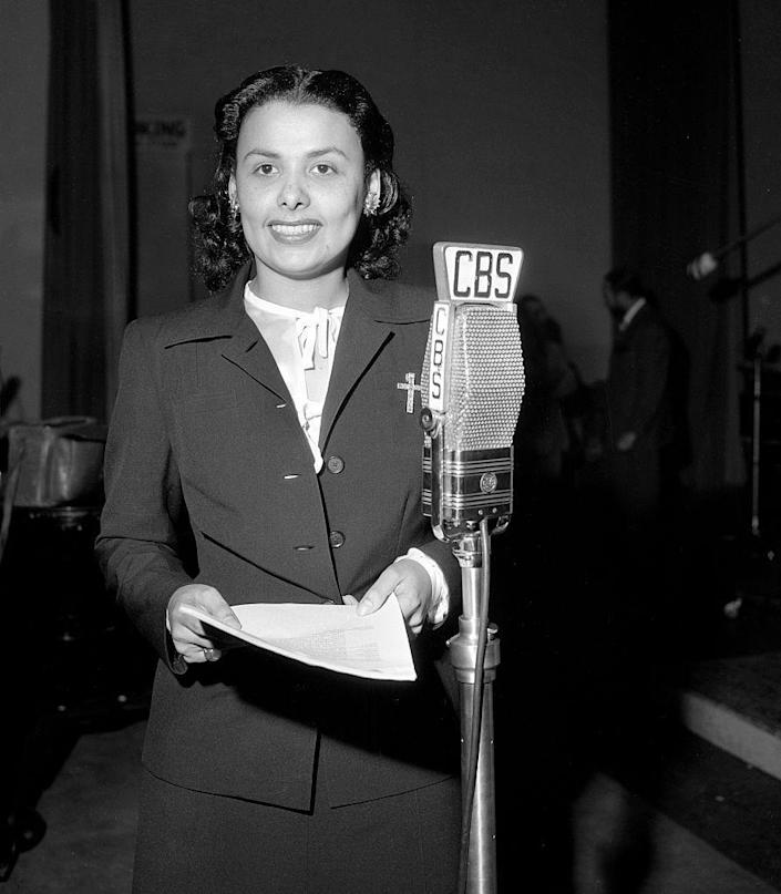 <p>Lena Horne wear a skirt suit over a prim blouse at CBS studios in Los Angeles. </p>