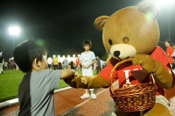 Danny the Democracy bear, at an SDP rally in Woodlands. (Yahoo! photo / Delia Quek)