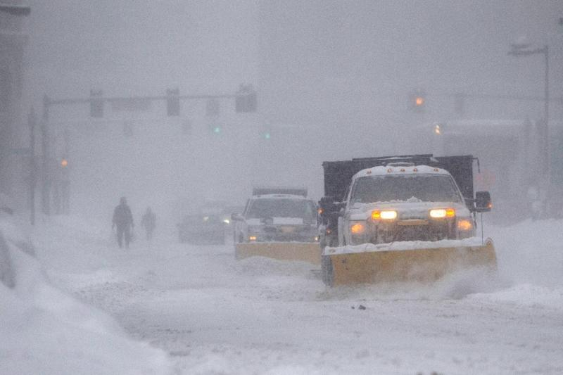 Snow plows make their way down a street during a winter storm which dropped over a foot of snow February 15, 2015, in Boston, Massachusetts (AFP Photo/Scott Eisen)