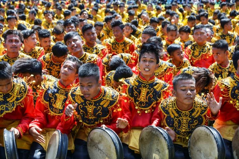 More than 2,000 boys took part in the Rapa'i Geleng dance playing the traditional tambourine-like Rapa'i (AFP Photo/CHAIDEER MAHYUDDIN)