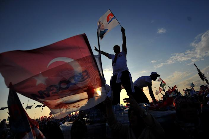 Supporters of the Turkish Prime Minister and presidential candidate Recep Tayyip Erdogan wave Turkish flags during a rally on August 3, 2014 in Istanbul (AFP Photo/Ozan Kose)