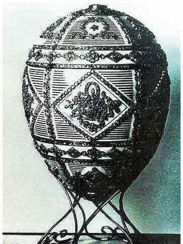Alexander III Commemorative egg by Fabergé. (Sumber: wikipedia commons)