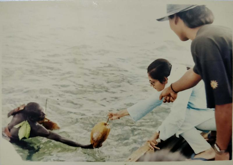 Madhumala offering a coconut to a Sentinelese man